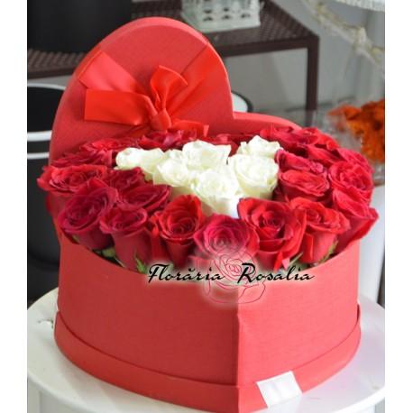 Cutie inima cu 25 trandafiri alb-rosii