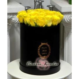 Cutie rotunda cu 19 trandafiri galbeni