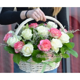 Cos 19 trandafiri multicolori
