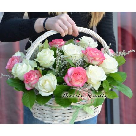 Cos 21 trandafiri multicolori