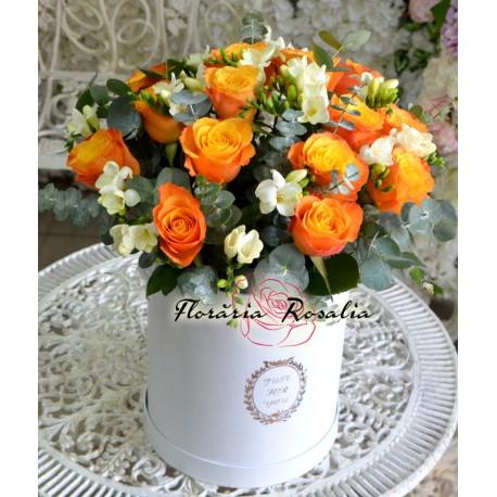 Cutie cu trandafiri portocalii si frezii