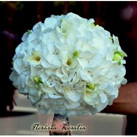 Buchet alb cu hortensii si frezii