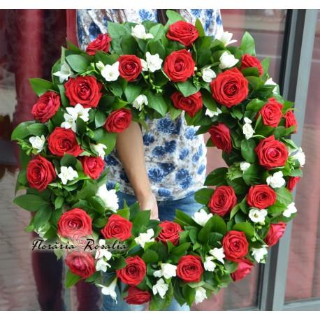 Coroana rotunda cu trandafiri si frezii