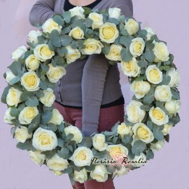 Coroana rotunda cu 50 trandafiri albi