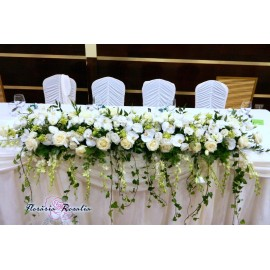 Aranjament prezidiu cu flori albe