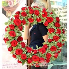 Coroana rotunda cu trandafiri rosii