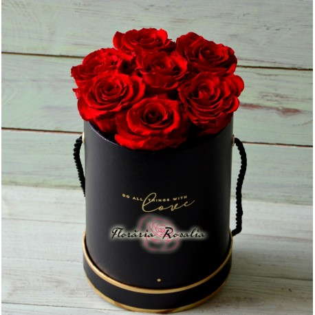 Cutie rotunda cu 7 trandafiri stabilizati