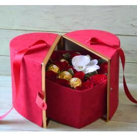Cutie inima cu trandafiri si bomboane