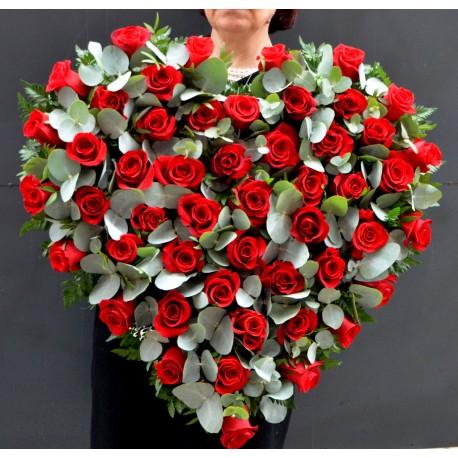 Inima cu 50 trandafiri rosii