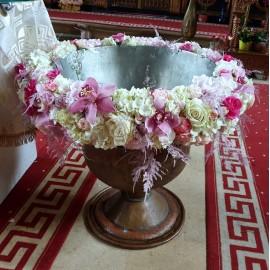 Aranjament cristelnita cu orhidee si hortensii