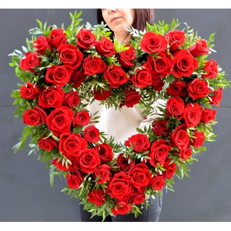 Inima contur cu trandafiri rosii
