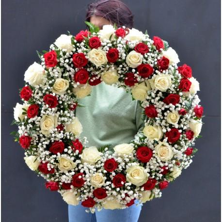 Coroana cu 30 trandafiri alb-rosii