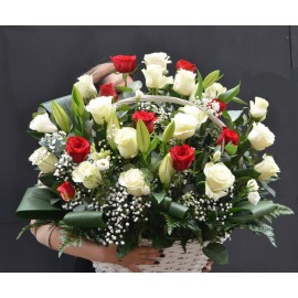 Cos mare cu trandafiri alb-rosii