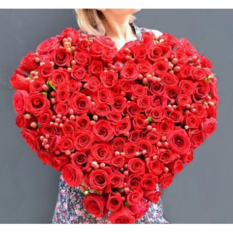 Inima cu 100 trandafiri rosii