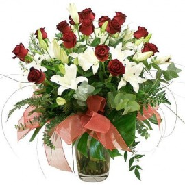 Aranjament cu 15 trandafiri si crini